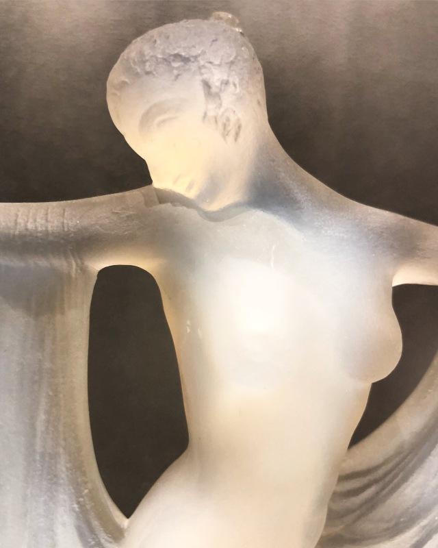 Statuette « Suzanne » opalescente